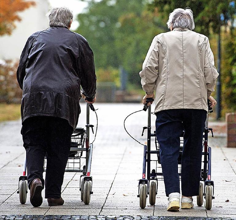 Ältere Menschen brauchen Hilfe, oft au...ge, doch wer soll sich darum kümmern?   | Foto: dpa