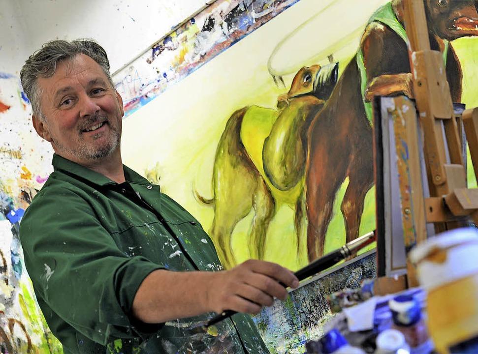 Jörg Bretzinger malt in einem Atelier in Waldkirch.     Foto: Kathrin Blum