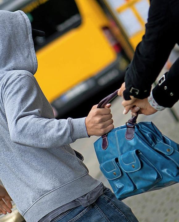 Der Angeklagte entriss älteren Frauen ihre Handtaschen.     Foto: Symbolbild: DPA / Arno Burgi