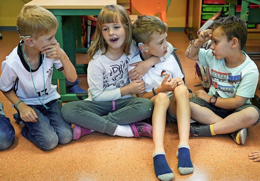 Blickkontakt und Körpersprache helfen Kindern mit Hörschädigung.     Foto: Bischoff/dpa