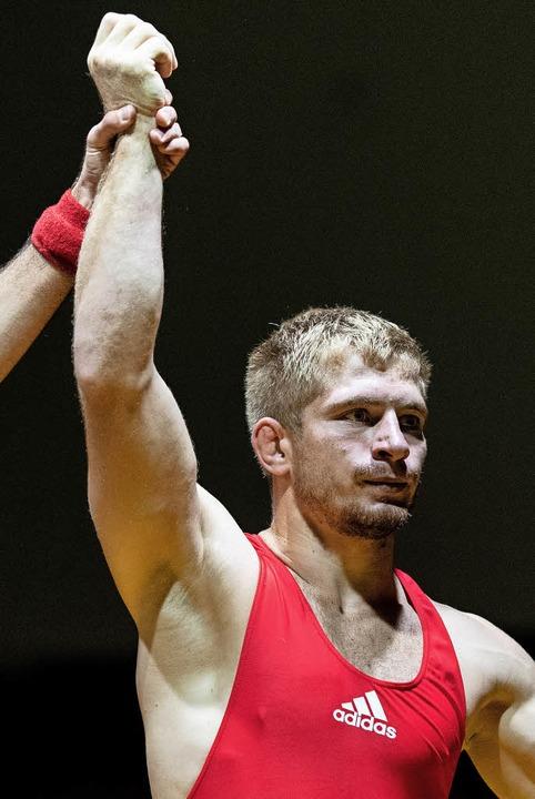So hat er's gern:  Ion Vasilachi wird  zum Sieger erklärt.     Foto: patrick Seeger