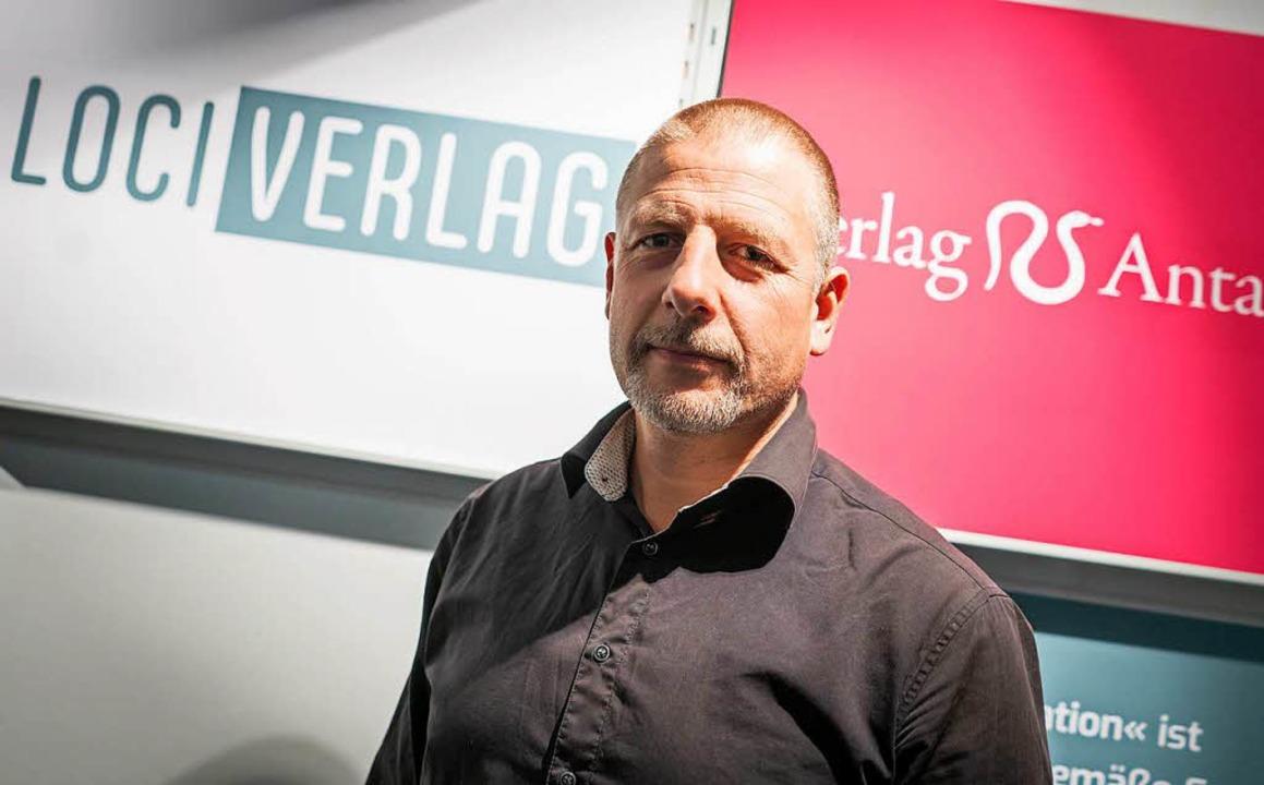 Götz Kubitschek am Donnerstag am Stand...Antaios auf der Frankfurter Buchmesse   | Foto: dpa