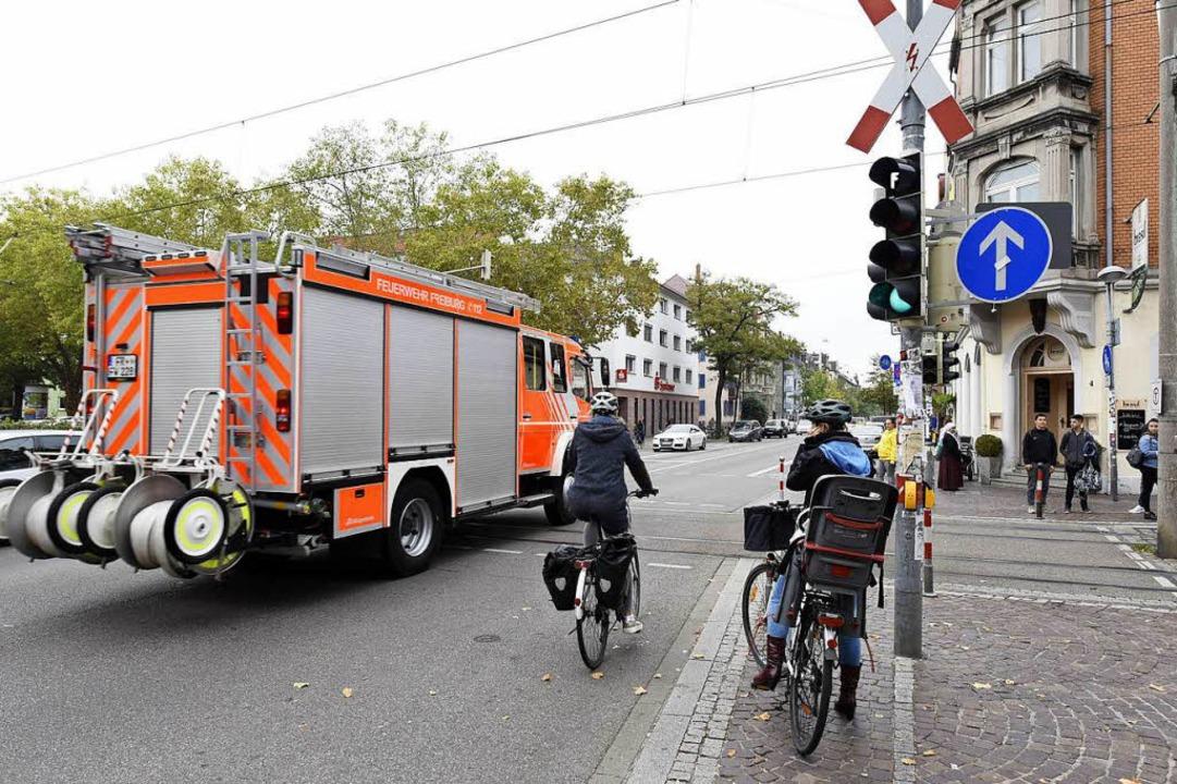 Die Feuerwehr kann über die Kreuzung b...211; alle außer den Rettern haben Rot.  | Foto: Thomas Kunz