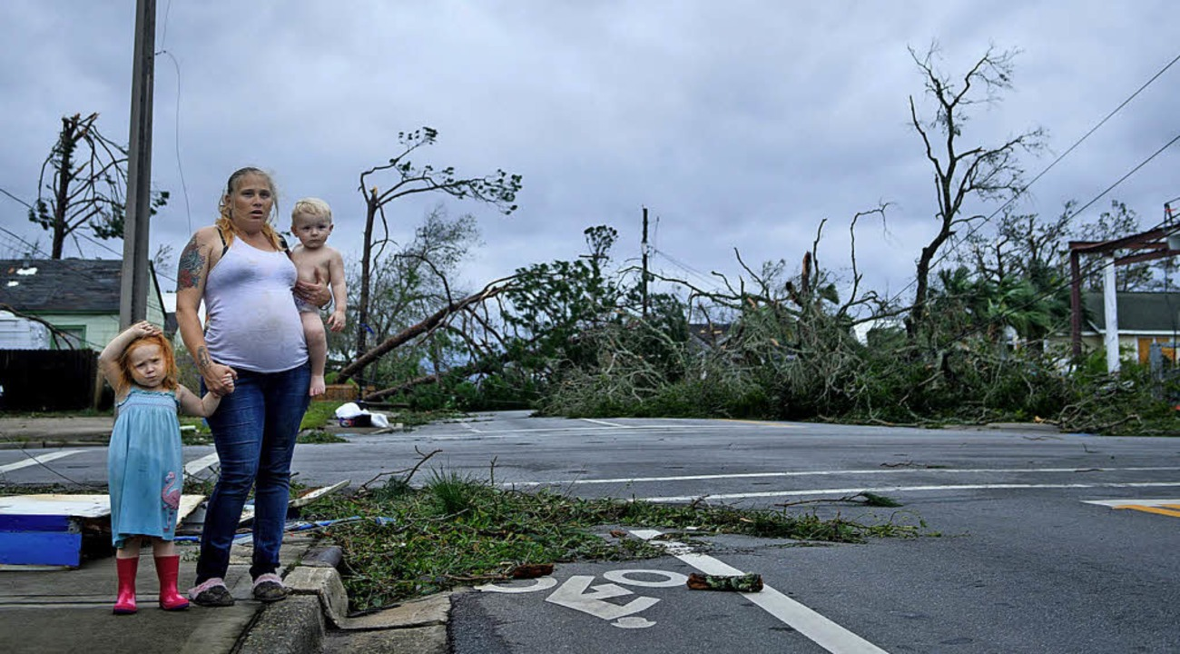 Helfer haben Probleme, weil viele Straßen blockiert sind.   | Foto: AFP