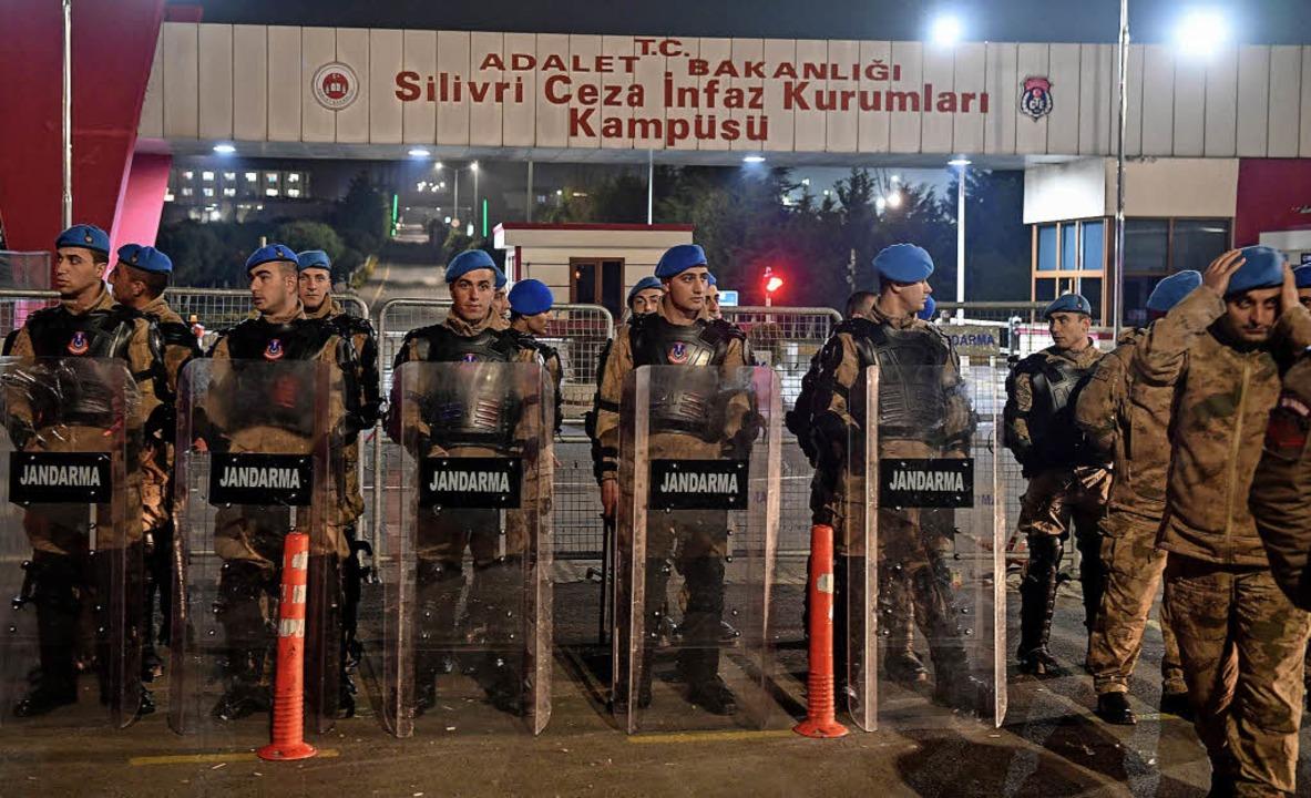 Das Gefängnis Silivri in Istanbul: Dor... deutsche Journalist Deniz Yücel ein.   | Foto: AFP