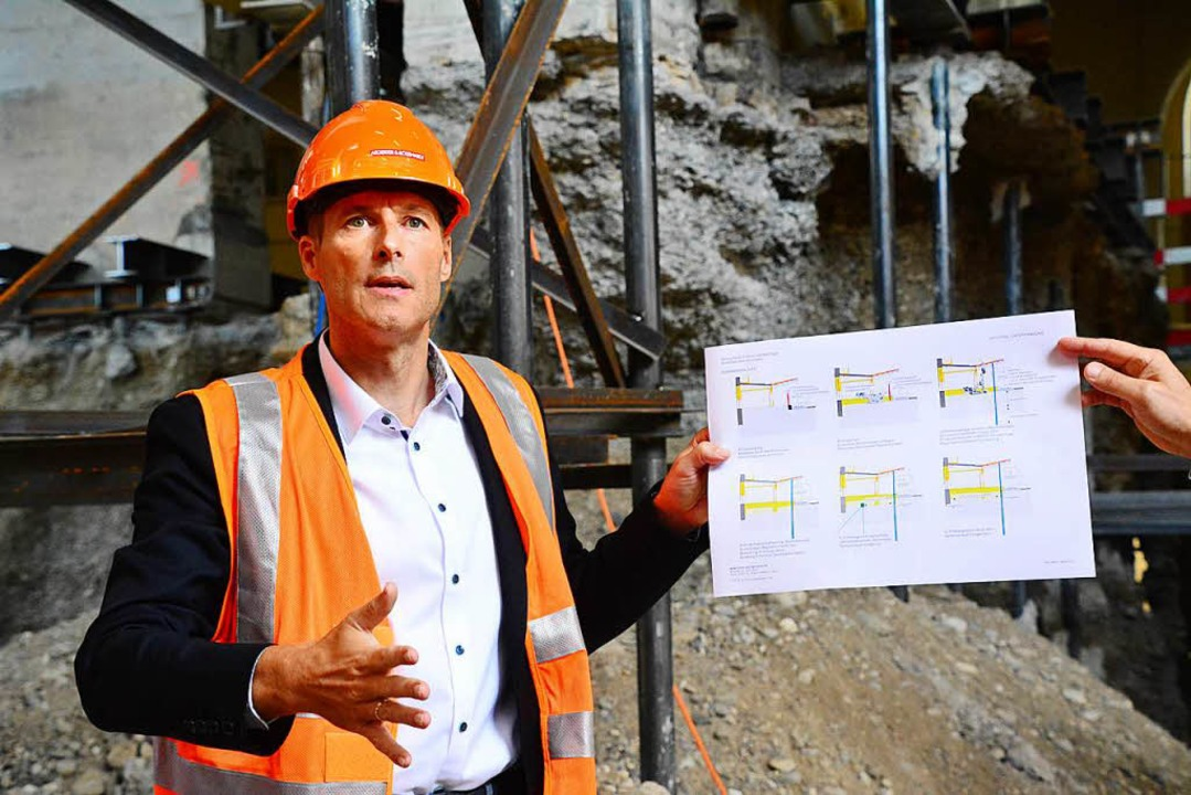 Gesamtprojektleiter Marc Brunkhorst erläutert den Baufortschritt.  | Foto: Annette Mahro