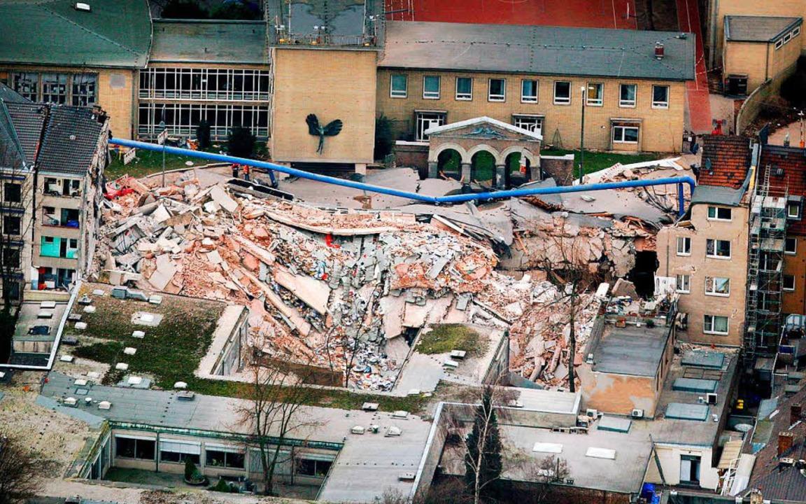 Nach dem Einsturz 2009 in Köln: Trümme...türzte Historische Stadtarchiv befand.    Foto: dpa
