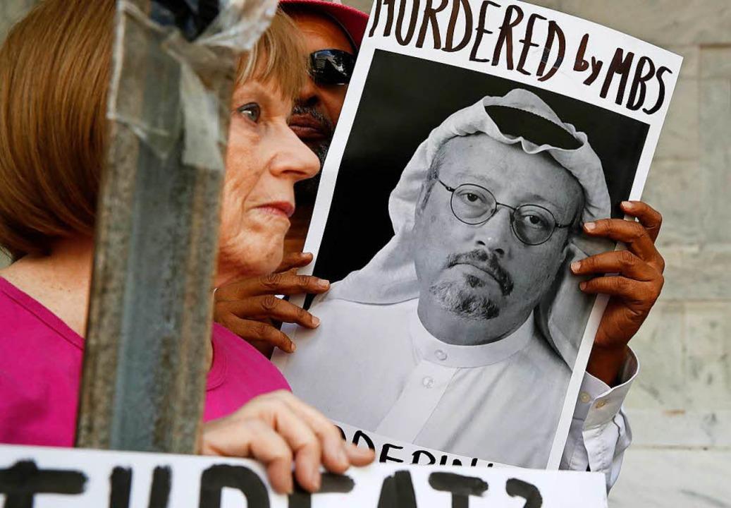 USA, Washington: Menschen halten ein P...s vor der Botschaft von Saudi-Arabien.  | Foto: dpa