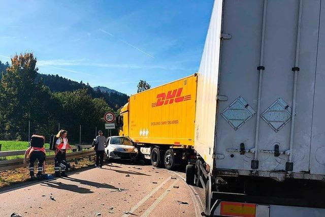 Unfall mit Laster und drei Pkw vor dem Hugenwaldtunnel