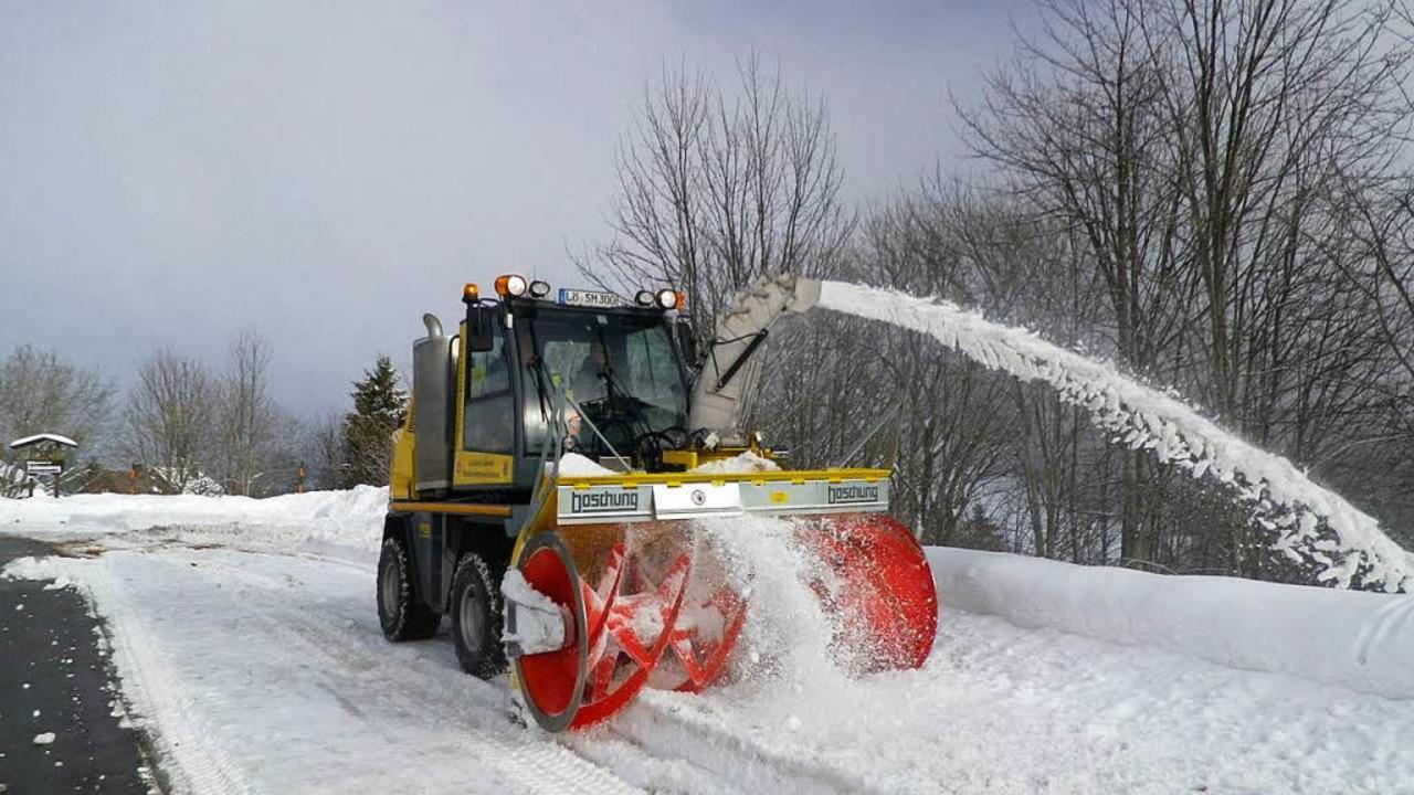 … und Winterdienst sind zentrale Dienstleistungen der Straßenmeistereien.  | Foto: Landratsamt