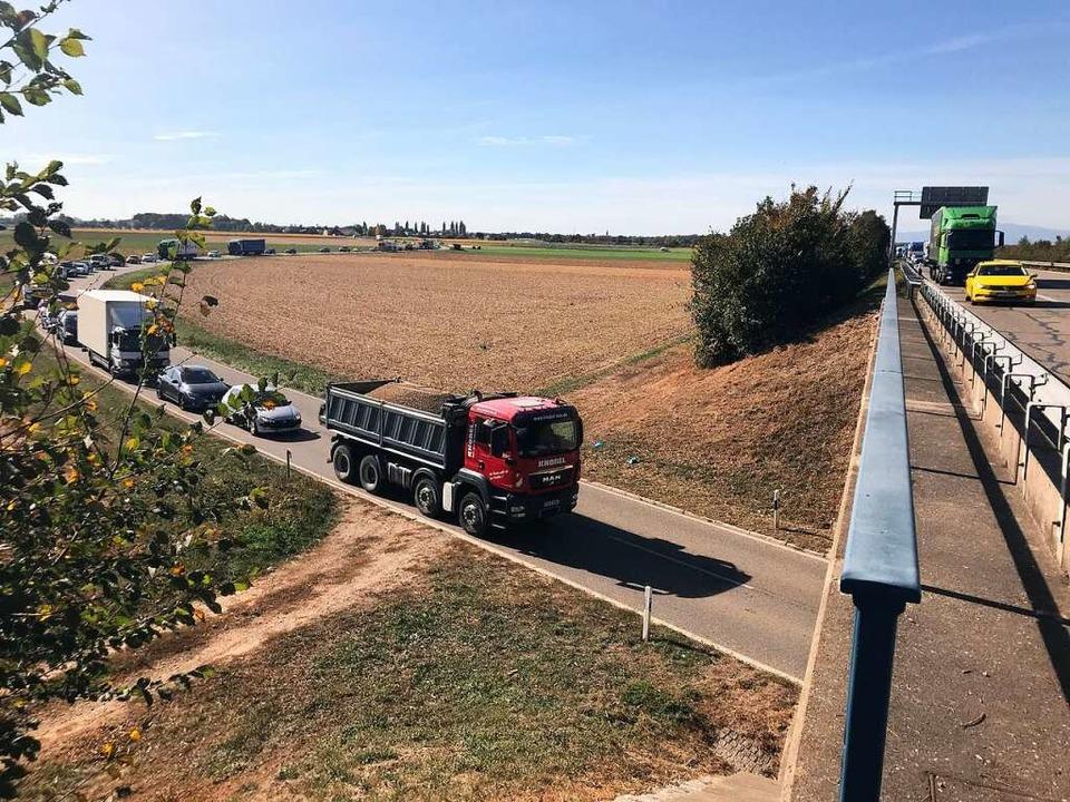 Der Unfall zog massive Verkehrsbehinderungen auch auf den Landstraßen nach sich.  | Foto: Hans-Peter Müller