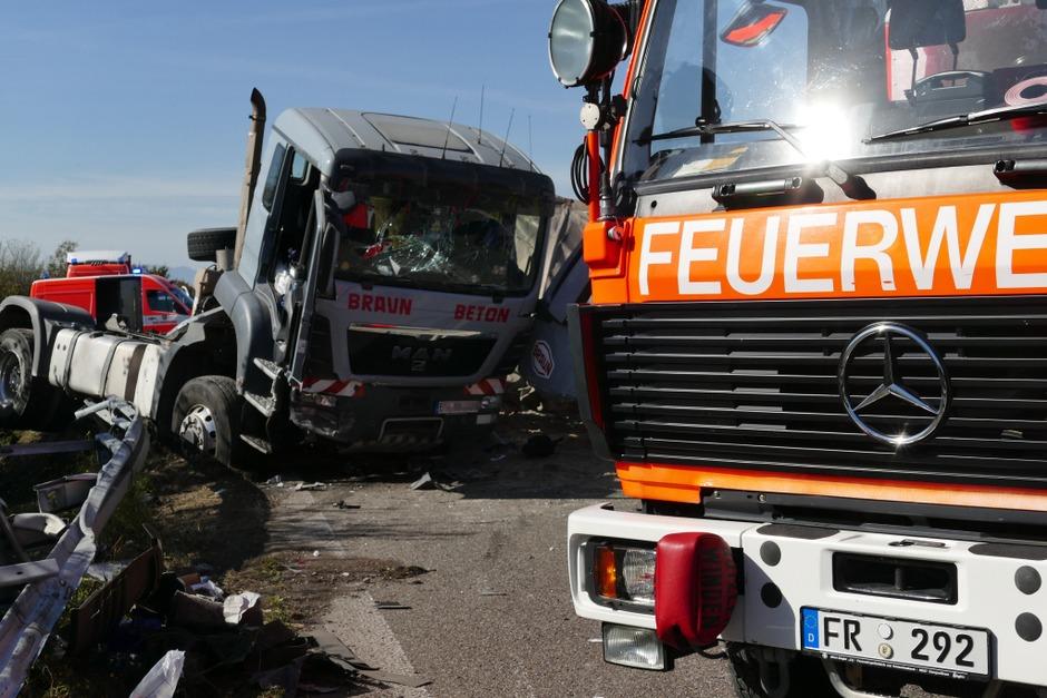 Ein schwerer Unfall mit zwei Lkw auf der A5 Richtung Karlsruhe bei der Anschlussstelle Bad Krozingen führt am Freitag ab 11.30 Uhr zu Staus bis hinter Neuenburg. An den Lkw entstand Totalschaden. Es gab Schwerverletzte. (Foto: Hans-Peter Müller)