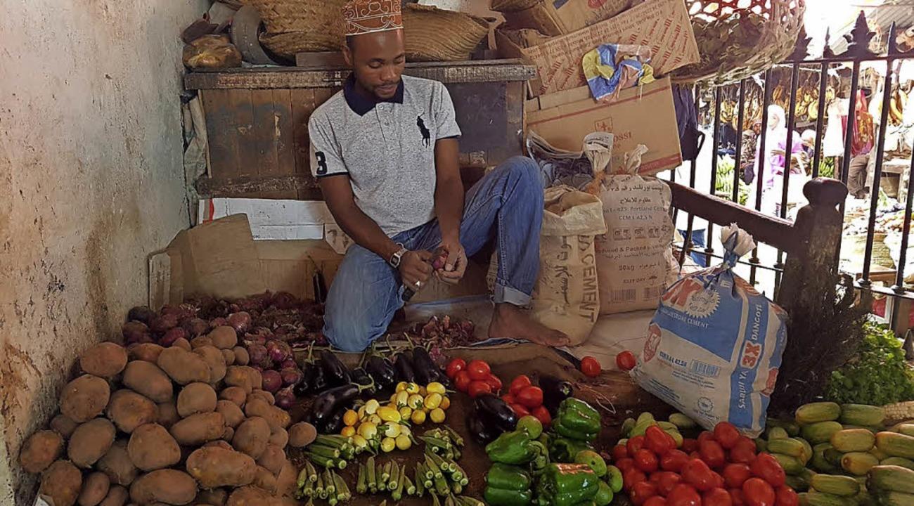 Ein Marktbeschicker in Sansibar stellt seine Waren aus.   | Foto: PRivat