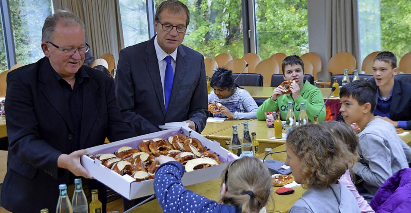 Hauptamtsleiter Hanspeter Schuler und ...n die jungen Redakteure des Kreisels.   | Foto: Horatio Gollin