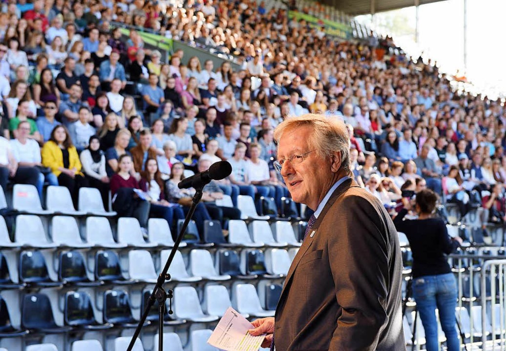 Uni-Rektor Hans-Jochen Schiewer begrüßt  im Schwarzwaldstadion Erstsemester.    Foto: Rita Eggstein
