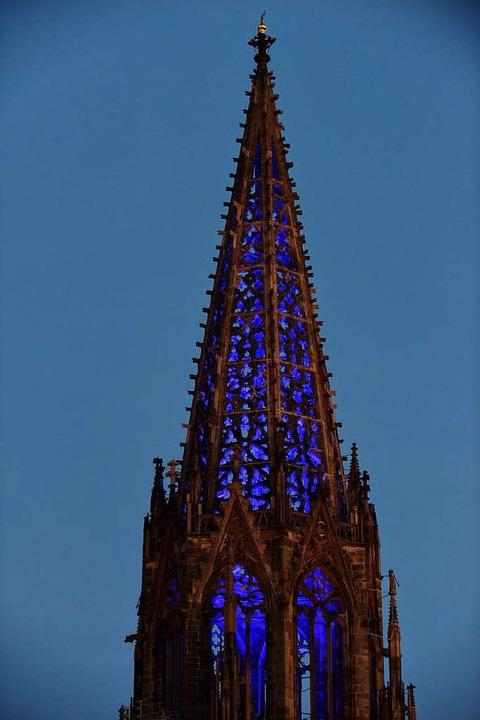 Das Münster leuchtet am Freitag, Samst...9 bis 22 Uhr  in verschiedenen Farben.  | Foto: Rita Eggstein