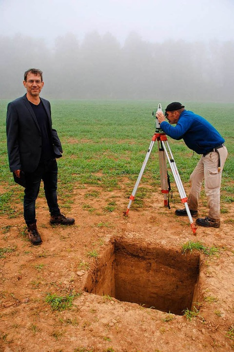 Der Archäologe Marcel El-Kassem und Gr...schocke an einem der Grabungsschächte.  | Foto: Manfred Frietsch