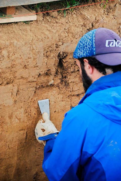 Feingefühl ist gefragt beim Glätten der Grabungsschächte, hier mit Aitor Calvo.  | Foto: Manfred Frietsch