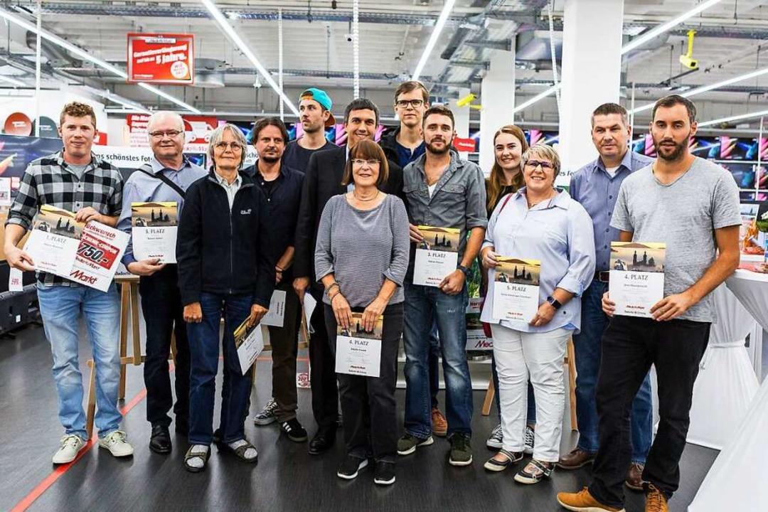 """Die Sieger des Wettbewerbs """"Bade...sverleihung im Freiburger Media Markt.    Foto: Carlotta Huber"""