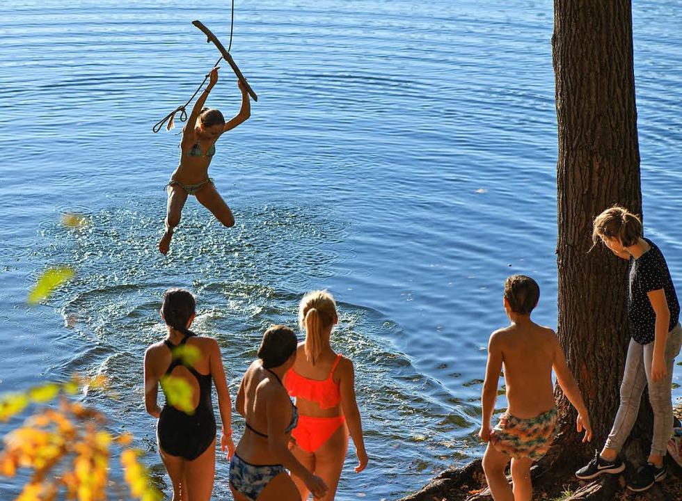 Viele nutzen das gute Wetter zum Baden...er See im Landkreis Märkisch-Oderland.  | Foto: dpa