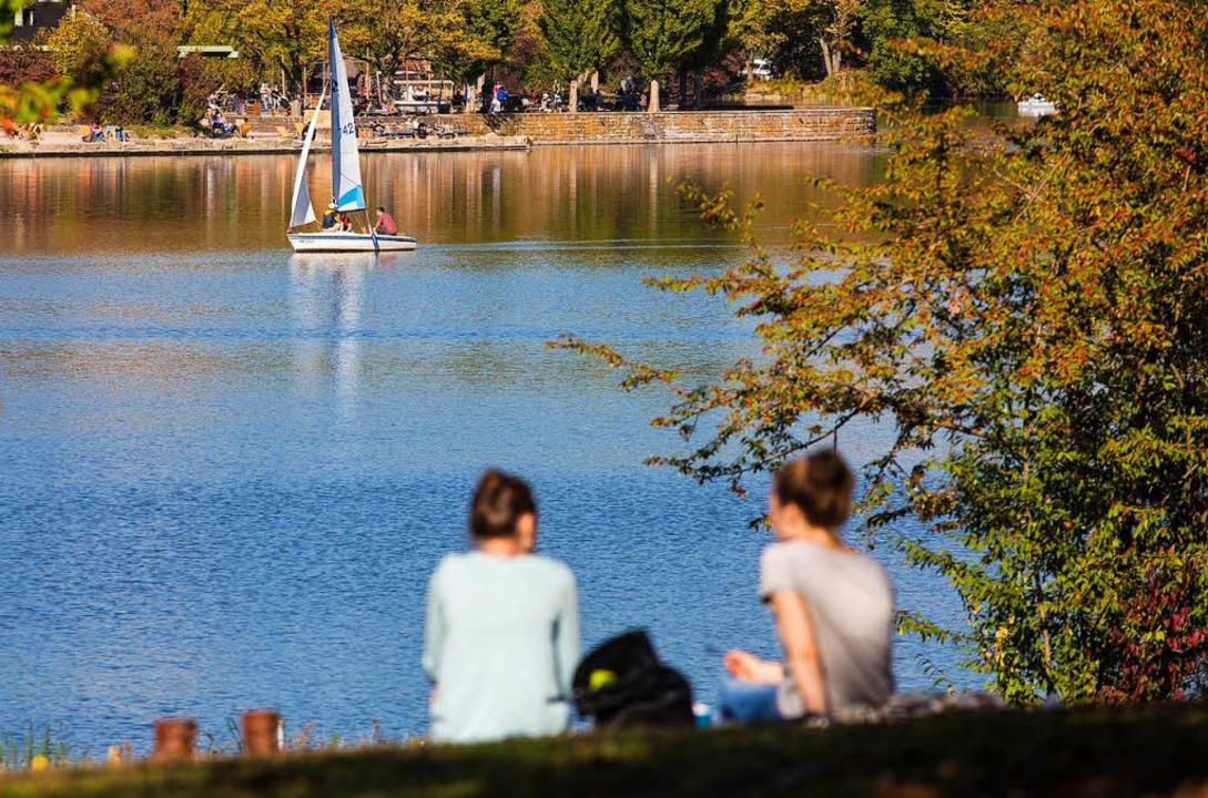 Stuttgart: Bei spätsommerlichen Temper...yth-See, auf dem ein Segelboot segelt.  | Foto: dpa