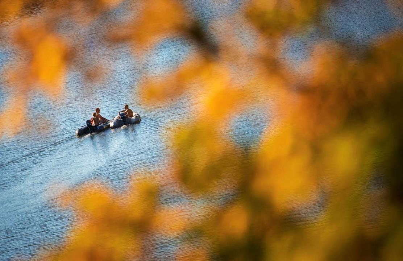 Oder junge Leute fahren auf dem Neckar mit dem Schlauchboot.  | Foto: dpa