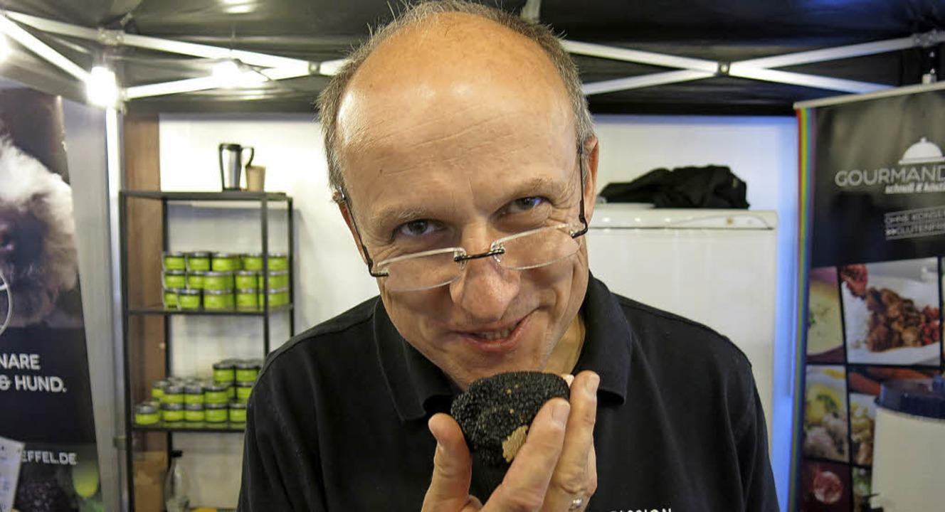 Hans-Georg Pfüller kann erste und zweite Wahl am Geruch unterscheiden  | Foto: Georg Voß