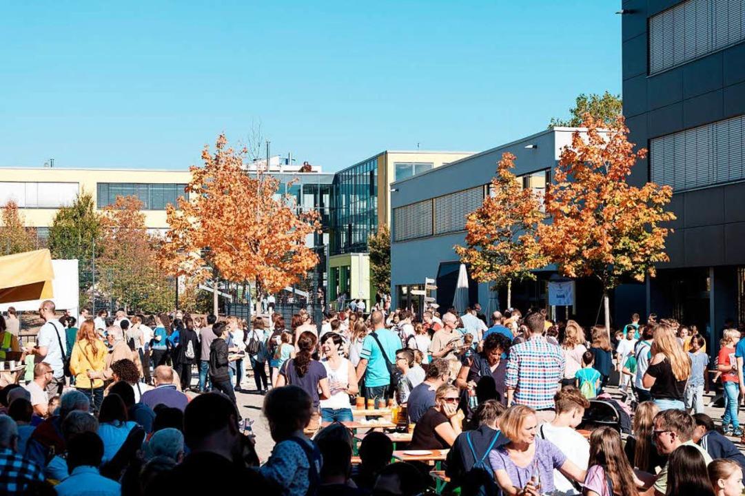 Das Schulfest der Freien Evangelischen...Sonnenschein war das Fest gut besucht.  | Foto: Ansgar Taschinski