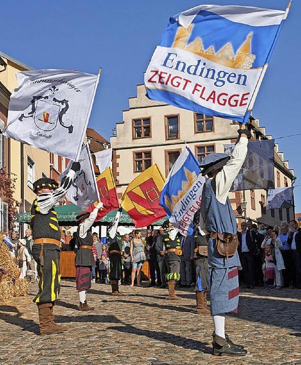 Endingen zeigt Flagge 2018: Die Fahnen...öffnung am Samstag auf dem Marktplatz.    Foto: Martin Wendel