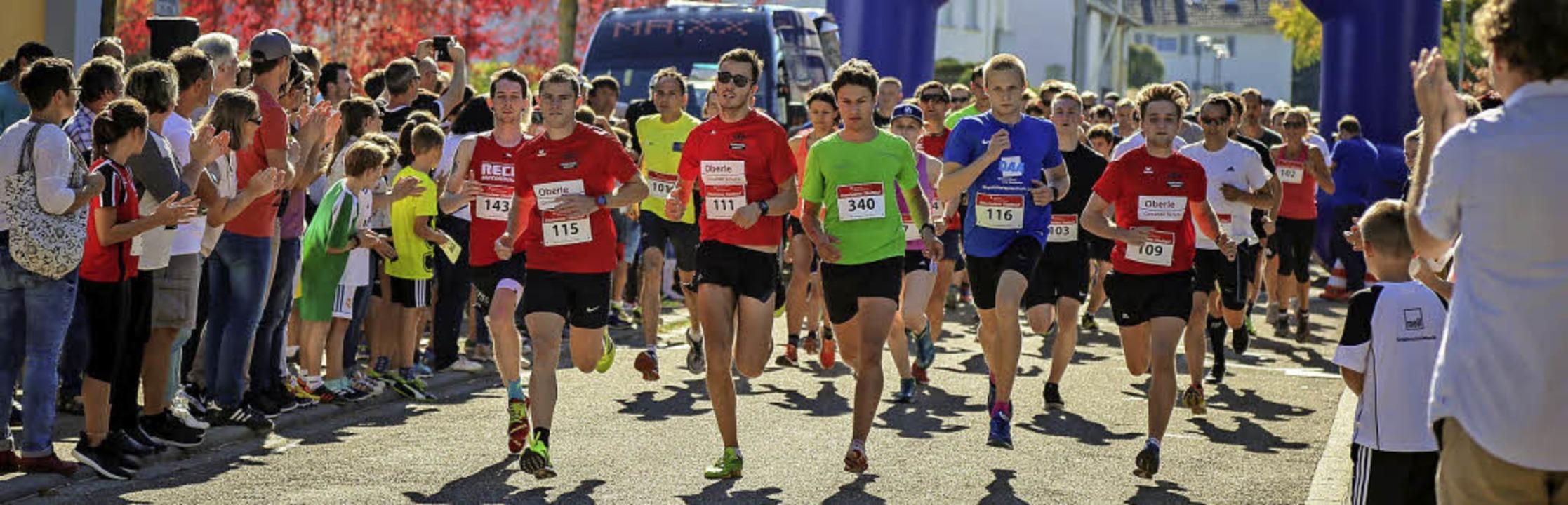 Die Teilnehmer lieferten sich einen fa...s 300 Läuferinnen und Läufer am Start.  | Foto: Sandra Decoux-Kone