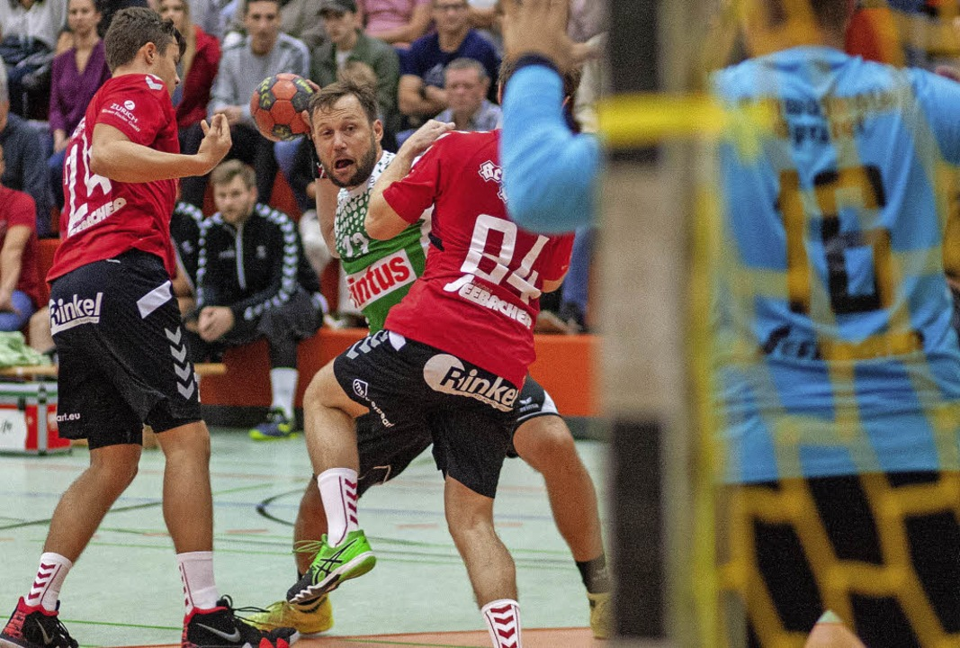 Stephane Robin (HCH Elgersweier) finde...Rudolf und Tobias Biegert eine Lücke.   | Foto: Alexandra Buss