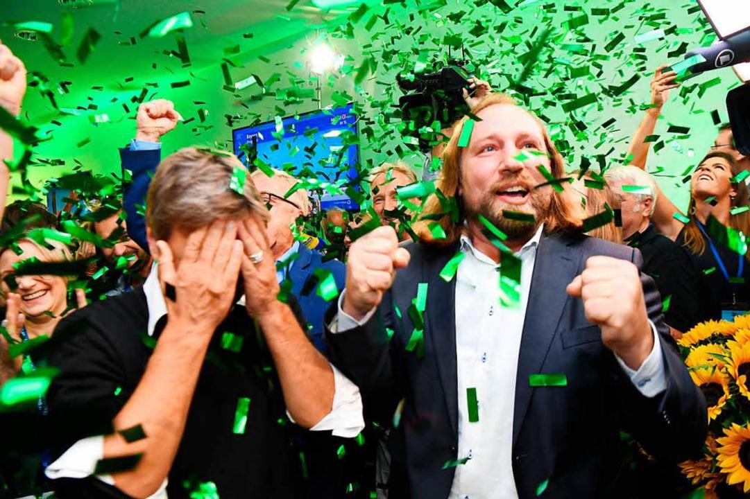 Die Grünen Robert Habeck  (links) und ...n Hofreiter jubeln übers Wahlergebnis.  | Foto: dpa