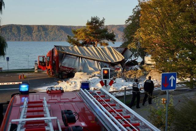 Zug rammt Lastwagen am Bodensee - siebzehn Leichtverletzte