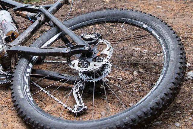 Radfahrer stürzt wegen eines gespannten Seils