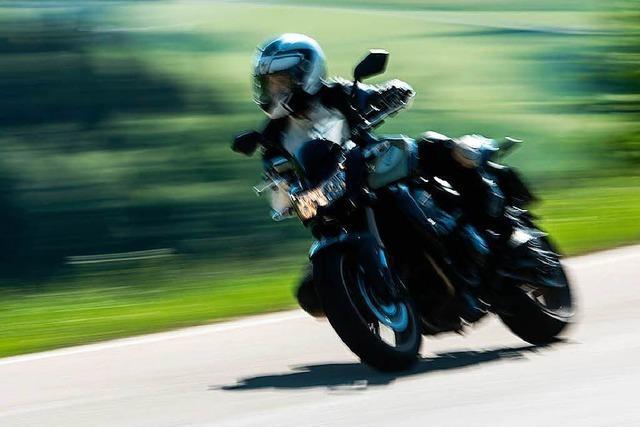 Motorradfahrer stürzt auf kurvenreicher Strecke