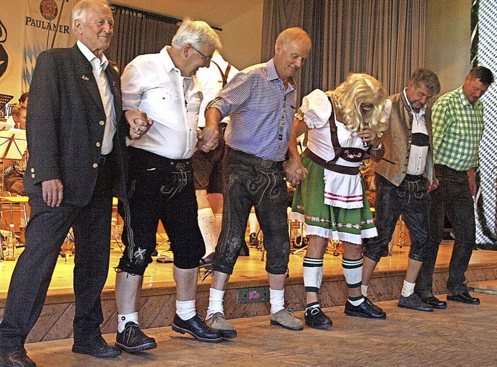 Der bayerische Gaudi-Frühschoppen der ...zu einem Beitrag auf die Bühne zitiert  | Foto: Karin Stöckl-Steinebrunner