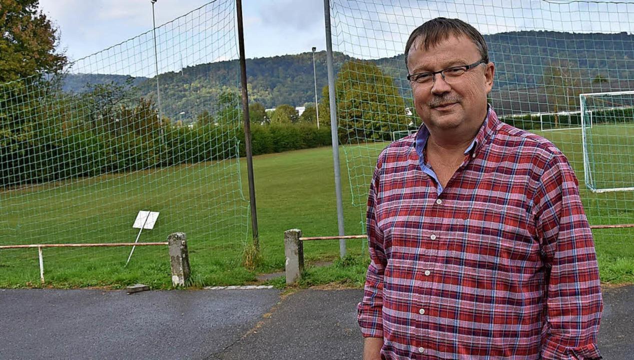 Bernd Kemper vor dem Fußballplatz, auf...in Kunstrasen angebracht werden soll.   | Foto: heinz Vollmar
