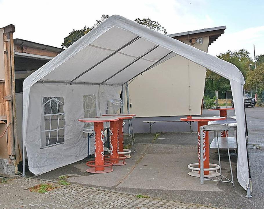 Eines von vielen Provisorien. In diesem Zelt können Zuschauer etwas trinken.  | Foto: Heinz u. Monika Vollmar