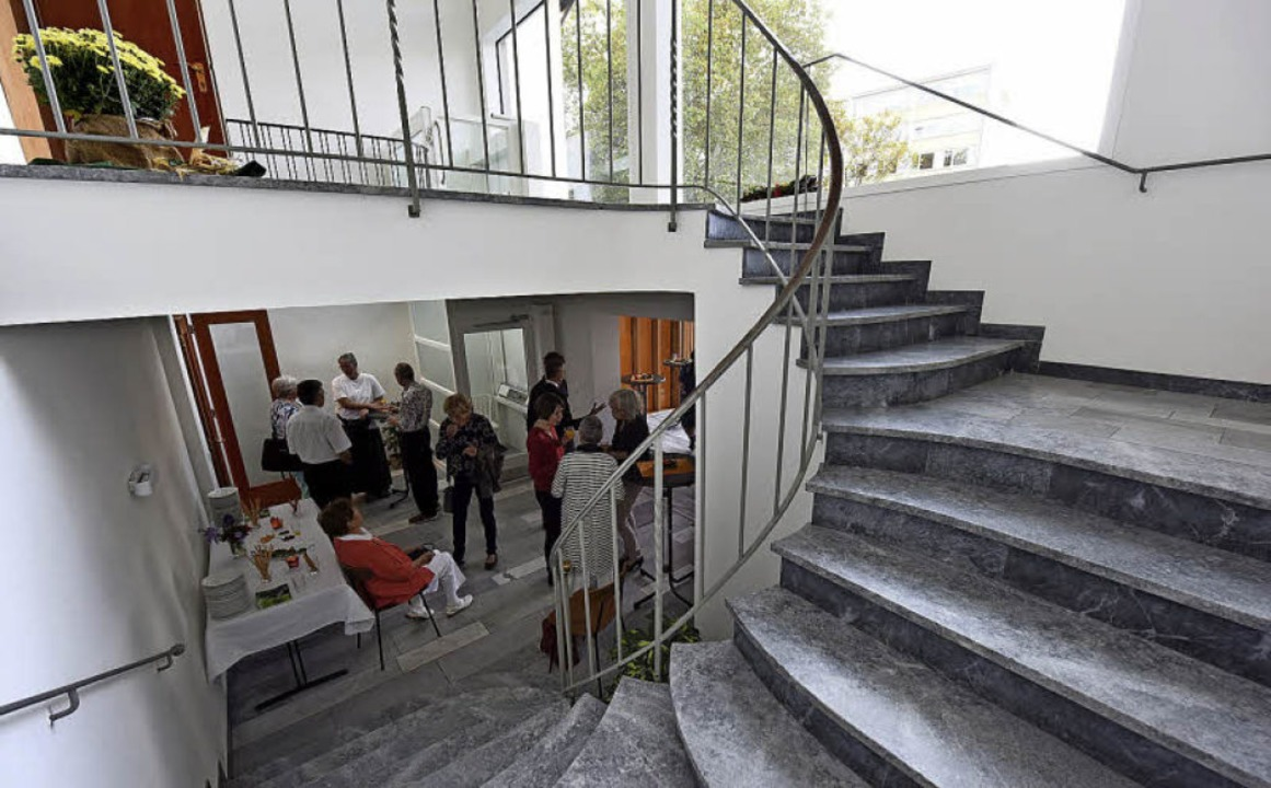 Über das alte Treppenhaus geht es hoch...ch mit einem Aufzug (Bildhintergrund).  | Foto: Rita Eggstein