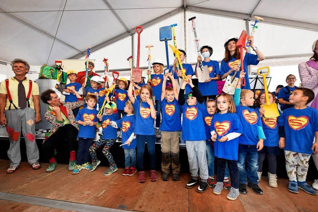 Beim Spatenstich hatten die Erwachsenen Hilfe von vielen kleinen Superhelden.  | Foto: Thomas Kunz