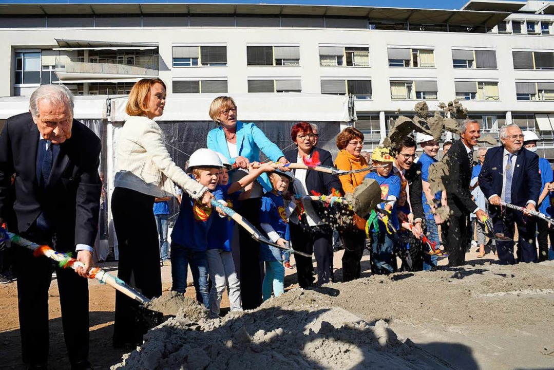 Amtlicher Spatenstich: (von links): Jö...r Neuhaus (Prorektor der Universität).  | Foto: Thomas Kunz