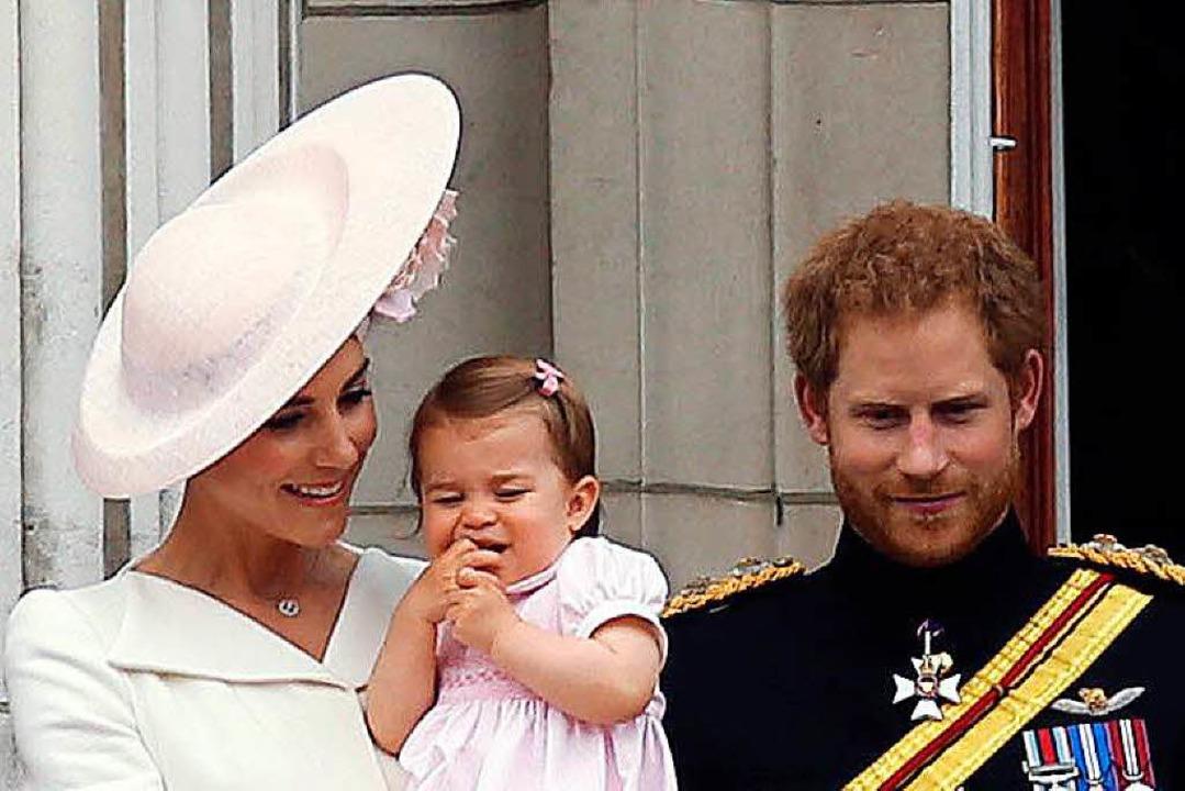 Noch nicht das eigene Kind. Hier hält Meghan Prinzessin Charlotte.  | Foto: dpa