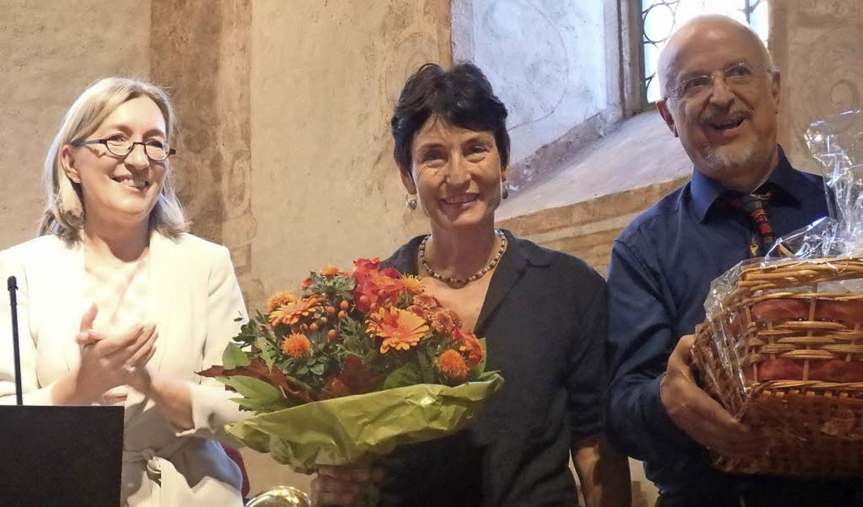 Im Rahmen der Verabschiedung dankte Bü...Bildmitte) erhielt einen Blumenstrauß.  | Foto: Bianca Flier