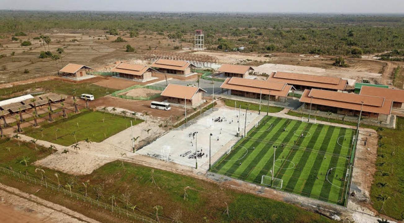 Die Schulgebäude  mit dem dazugehörigen Sportplatz.  | Foto: Privat