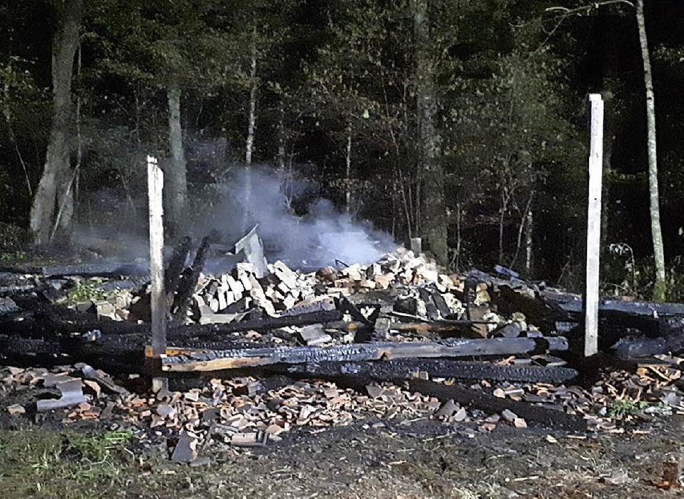 Die Reste der Hütte    Foto: Feuerwehr