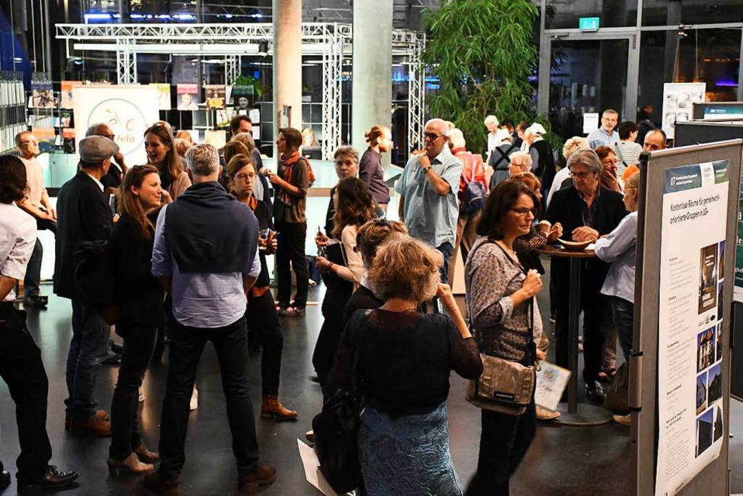 Das Burghof-Foyer war bei der Projektpräsentation ein Markt der Möglichkeiten.  | Foto: Barbara Ruda