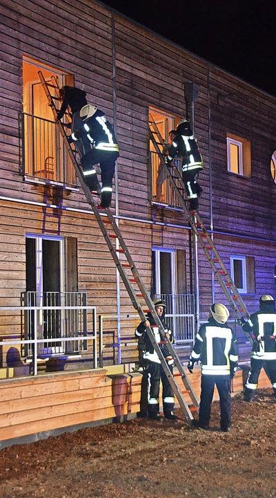 Die neue Flüchtlingsunterkunft war Sch...er Feuerwehr Rheinhausen am Dienstag.   | Foto: Jörg Schimanski