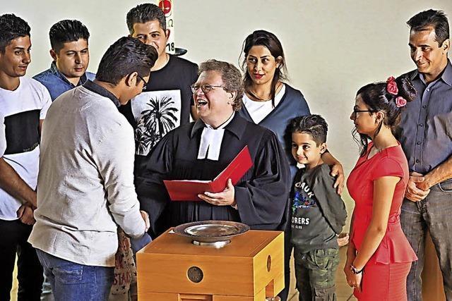 Asylbewerber lassen sich taufen