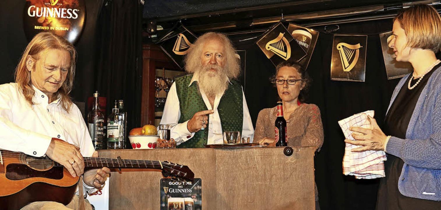"""In Action im irischen Pub –  der...ck """"Sally"""" den Bösewicht.     Foto: Gudrun Deinzer"""
