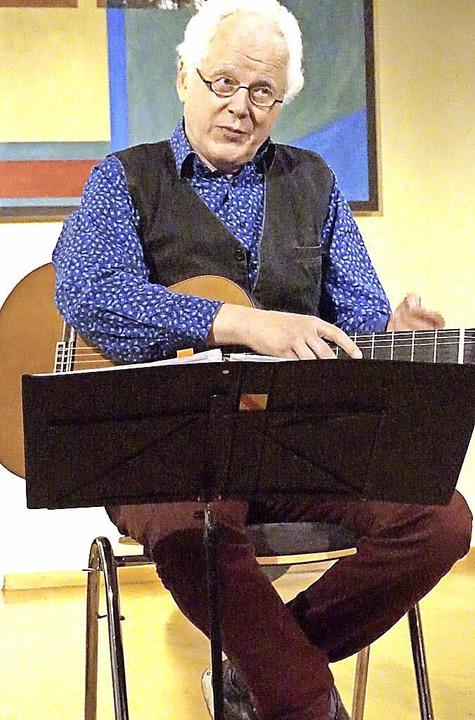 Der alemannische Liedermacher Uli Führ...t  in der Breisacher Spitalkirche auf.  | Foto: Paul Klock